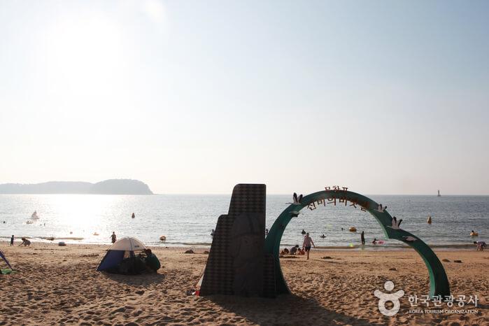 Festival Jalan Laut Gaib Muchangpo (무창포 신비의 바닷길축제)