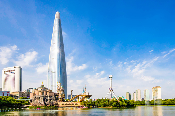 Seoul Sky Menara Lotte World Memberikan Pengalaman Berjalan di Atas Awan