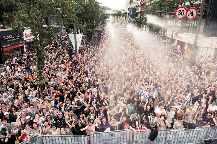 Festival Perang Air Sinchon (Sinchon Water Gun Fight Festival)