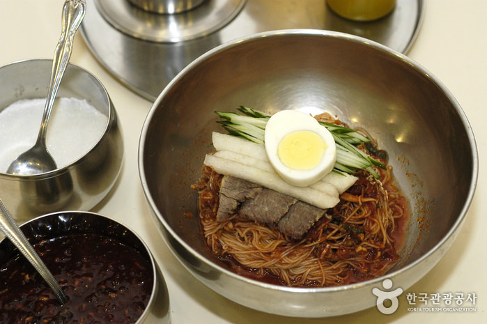 Restoran Mi Dingin Hamheung Myeonok di Myeongdong