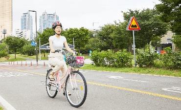 Bersepeda di Sepanjang Tepi Sungai
