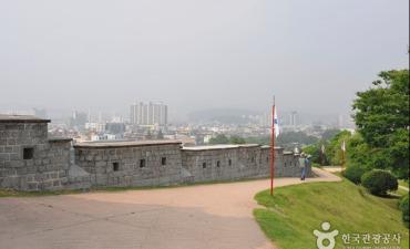 Benteng Hwaseong [Warisan Dunia UNESCO] (수원 화성 [유네스코 세계문화유산])