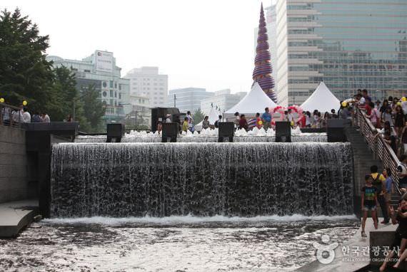 Sungai Cheonggyecheon dan Plaza Cheonggye