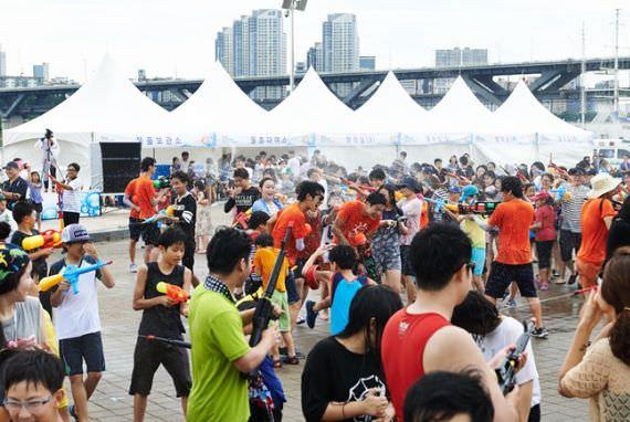 Bebaskan Diri dari Suhu Panas di Festival Perang Air Hangang!