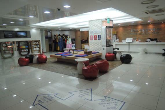 Mencoba Kostum Tradisonal (Hanbok) di Pusat Kebudayaan Internasional Seoul