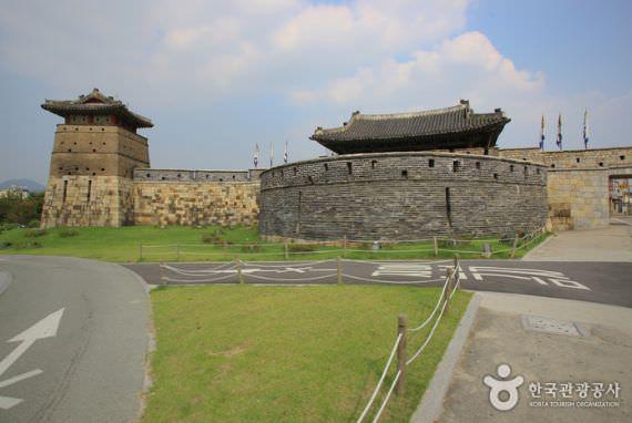 Gerbang Hwaseomun di Suwon, Gyeonggi-do