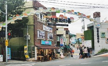 Makan dan bersantai di pusat kota Busan yang berwarna.